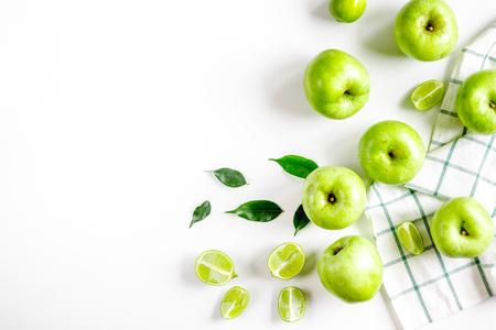 Sommer Lebensmittel mit grünen Äpfeln auf weißem Tisch Hintergrund Draufsicht Mock up Standard-Bild