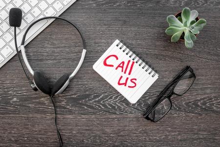 Call center manager travail pour le concept de l & # 39 ; appel américain avec casque sur fond de bois vue de dessus de bureau Banque d'images - 80316342