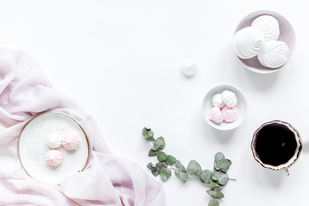 ウスベニタチアオイ、白いテーブル背景に柔らかな光でコーヒーや花のトレンディなデザインのカップと女性ランチ フラット横たわっていたモック 写真素材