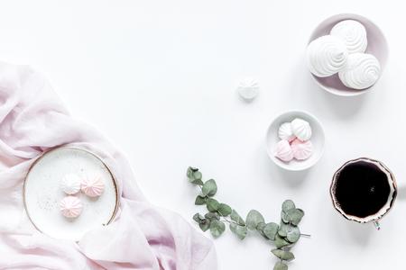 마쉬 -mallow, 커피와 꽃의 컵 여자 점심 화이트 테이블 배경 부드러운 빛에 유행 디자인 평면 누워 실물 크기의 mock-up 스톡 콘텐츠