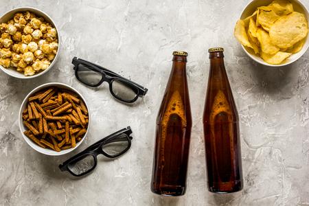 Verres, collations, bière pour film whatchig sur la vue de dessus de bureau Pierre Banque d'images - 80474307