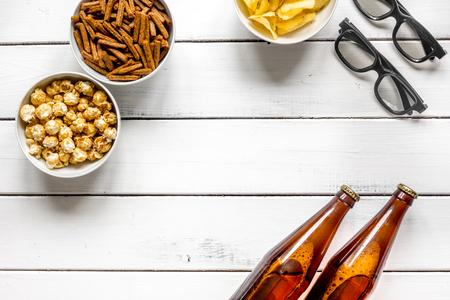 白い木製の背景平面図モックアップにビール、パン粉、チップ、ポップ コーンと映画観ることパーティー 写真素材