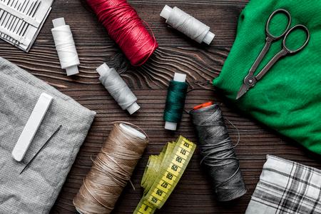 취미를위한 바느질 도구 나무 테이블 배경 설정 상위 뷰 패턴