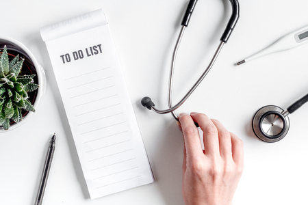 artsen werk bureau in het ziekenhuis met een stethoscoop en om een lijst te maken van een witte achtergrond bovenaanzicht mockup