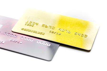 Zaken met creditcards voor betaling op bureau witte achtergrond dicht omhoog