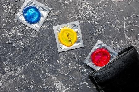 Condooms in pakket voor veilige geslachts witte hoogste mening als achtergrond
