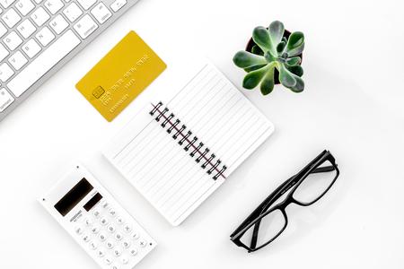 accountant of bankier bureau met rekenmachine, toetsenbord en laptop witte achtergrond bovenaanzicht mockup Stockfoto