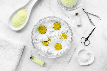 매니큐어 스파 소금과 카모마일 흰색 바탕 화면보기 설정 스톡 콘텐츠