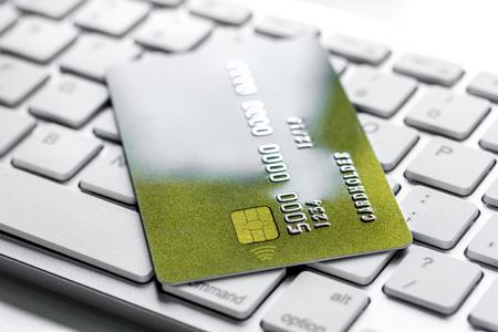 zaken met creditcards op de witte achtergrond van het toetsenbordbureau dichte omhooggaand Stockfoto