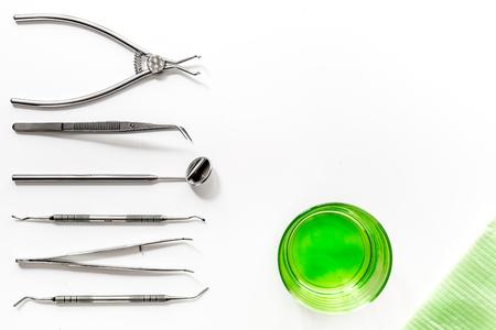 tandarts bureau met instrumenten op witte achtergrond bovenaanzicht mock up Stockfoto