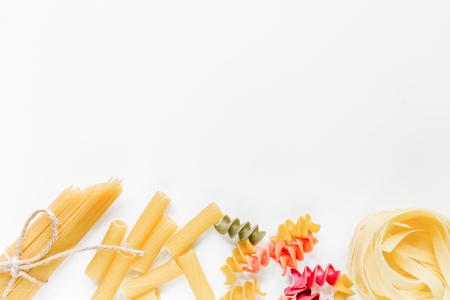 이탈리아 음식 개념 흰색 배경에 파스타의 다양 한 종류 상위보기 copyspace
