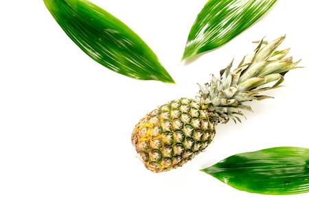 Ananas en bladeren op witte hoogste mening als achtergrond. Stockfoto