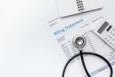 gezondheidszorgkosten met rekeningsverklaring, stethoscoop en calculator op wit lijst achtergrond hoogste meningsmodel