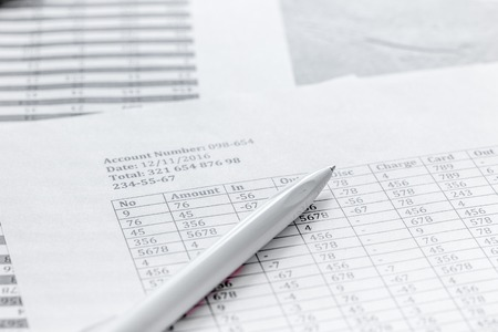 세금 및 펜 화이트 office 책상 배경에 사업 accounter 작업