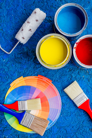 Set von Werkzeugen für die Malerei auf blau Holz Schreibtisch Hintergrund Draufsicht Standard-Bild