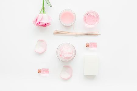白いデスク背景トップ ビューにバラの花とボディ クリーム セット化粧品 写真素材