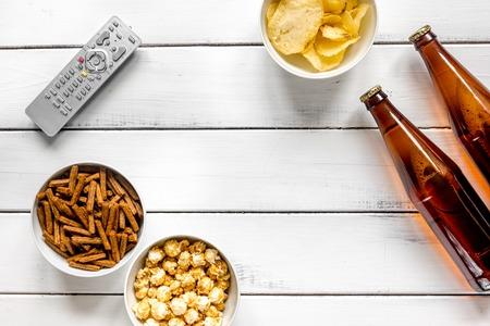 ビール、パン粉、チップ、ポップ コーン白い木製の背景平面図モックアップと映画観ることパーティー