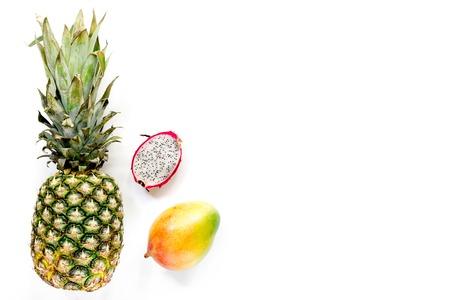 Ananas, mango en mangostan op witte hoogste mening als achtergrond copyspace