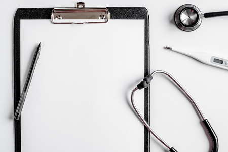 Medicina moderna lugar de trabajo con tablero, estetoscopio mesa blanca plana espacio para el texto Foto de archivo