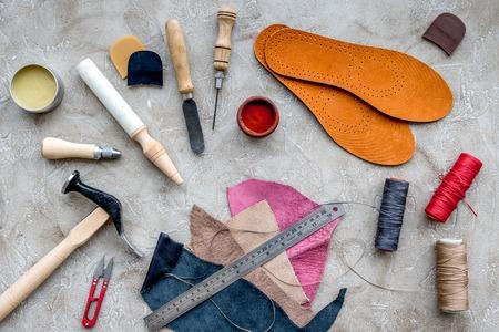 회색 돌 책상 배경 상위 뷰 신발을 복구하는 도구. 스톡 콘텐츠