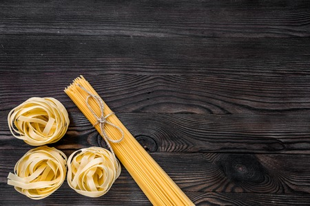 이탈리아 음식 개념 회색 나무 배경 상위 뷰 copyspace에 파스타의 다양 한 종류.