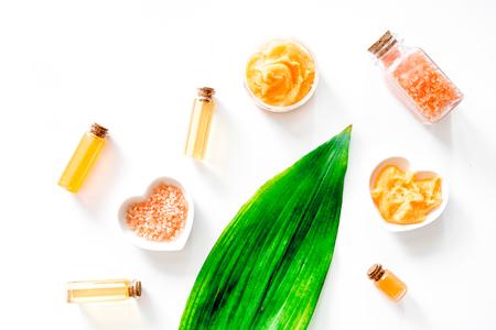 감귤류가 함유 된 유기농 화장품. 목욕 소금, 크림, 스크럽 및 흰색 배경 상위 뷰 로션.