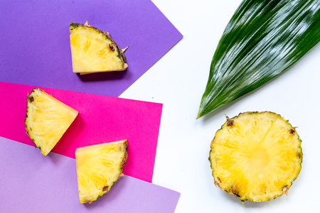 Ananas en bladeren op witte hoogste mening als achtergrond copyspace Stockfoto