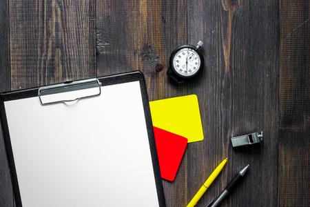 노란색과 빨간색 심판 카드와 목조 배경 상위 뷰 휘파람. 스톡 콘텐츠