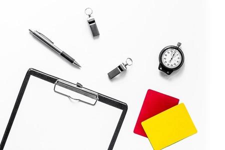 Stel in om de concurrentie te beoordelen. Gele en rode kaarten, chronometer, fluitje, pad op een witte achtergrond bovenaanzicht mockup Stockfoto
