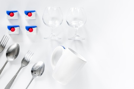食器洗い機の洗剤や食器白い背景上に表示 copyspace