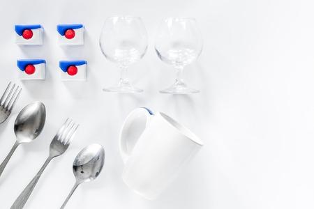 Afwasmiddeldetergens en vaatwerk op witte hoogste mening als achtergrond copyspace