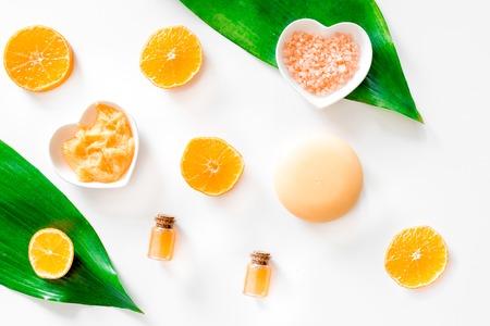 Aromabadekurort eingestellt. Zitrusfruchtpeeling, -salz und -lotion auf Draufsicht des weißen Hintergrundes. Standard-Bild - 81547377