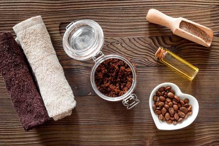 스파 트리트먼트의 조성입니다. 커피 스크럽, 석유 나무 테이블 배경 상위 뷰입니다.