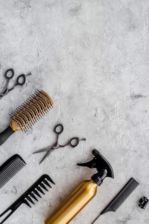 Schoonheidssalon. Haidressing tools op grijze tafel achtergrond bovenaanzicht. Stockfoto
