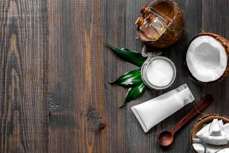 皮膚のケア。ココナッツ クリームとローション木製テーブル背景上に表示 copyspace