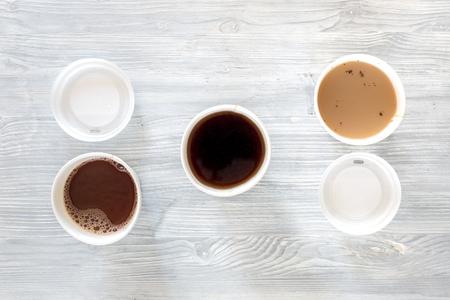 Koffie om mee te nemen. Koffiekoppen op houten lijst backound hoogste mening.