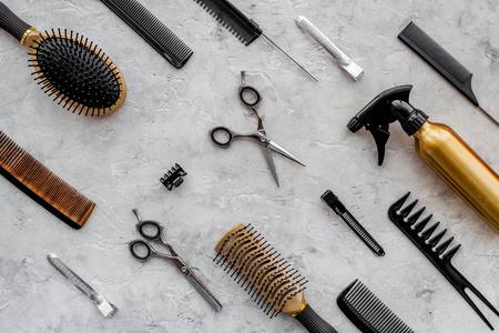 회색 테이블 배경 상위 뷰에 빗 및 미용사 도구의 패턴입니다. 스톡 콘텐츠