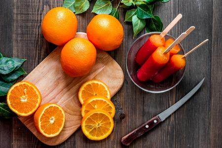 柑橘類の概念。木製のテーブル背景に新鮮なオレンジ平面図です。 写真素材 - 82402819