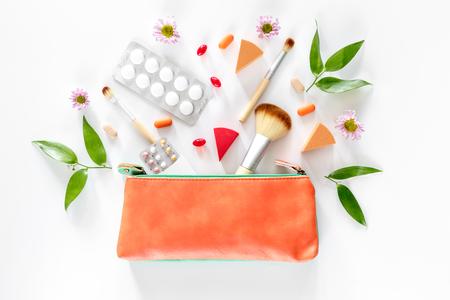 化粧品、避妊薬、白い背景の上の丸薬平面図です。