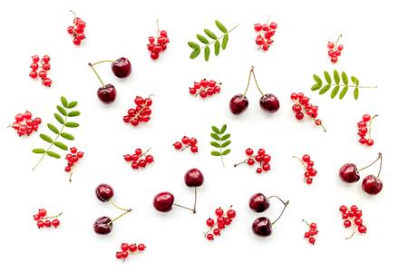 베리 패턴. 붉은 건포도, 체리와 나뭇잎 흰색 배경에 상위 뷰