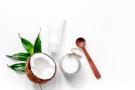 Tratamiento corporal. Aceite de coco y crema en el fondo blanco vista superior copyspace