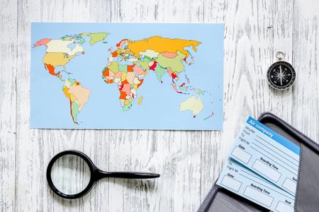 Zoek en koop kaartjes voor reizen. Kaartjes en wereldkaart op lichte houten lijst hoogste mening als achtergrond