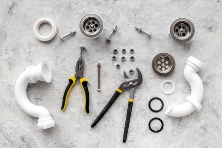 Limpie los desagües del fregadero obstruidos. Piezas en la opinión superior del fondo de piedra gris. Foto de archivo - 82924288
