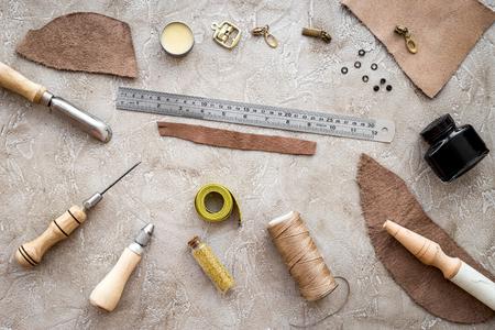 회색 돌 배경 상위 뷰에 가죽 공예 도구. 스톡 콘텐츠