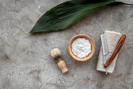Voorbereiding op scheren door mannen. Het scheren van borstel en scheermes op grijze van de steenlijst hoogste mening als achtergrond.