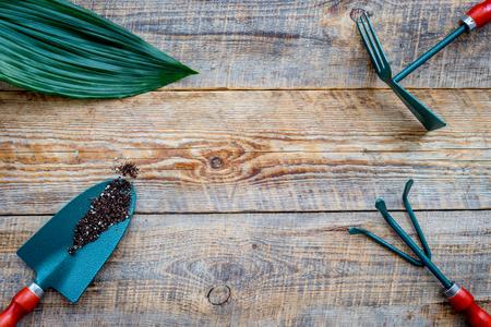 Werken in de tuin. Het tuinieren hulpmiddelen op houten hoogste mening als achtergrond. Stockfoto