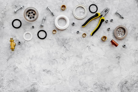 회색 돌 배경 상단보기에 부품 및 배관 도구를 배수.