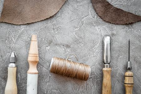 회색 돌 배경 상위 뷰 가죽 공예 도구. 스톡 콘텐츠