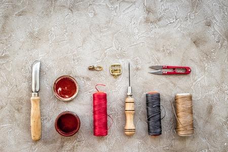 회색 돌 배경 상위 뷰 가죽 공예 도구 집합. 스톡 콘텐츠