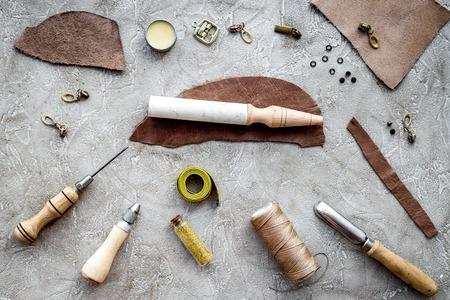 회색 돌 배경 상위 뷰에 도구를 만드는 가죽.